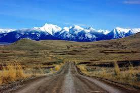 Bergketen met eenzame weg zoals stress al eens kan voelen